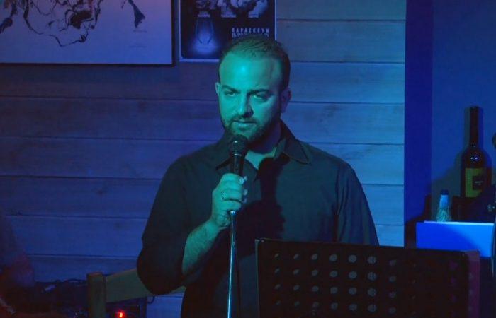 Ο Γιώργος Ράγκος τραγουδάει Την πόρτα ανοίγω το βράδυ