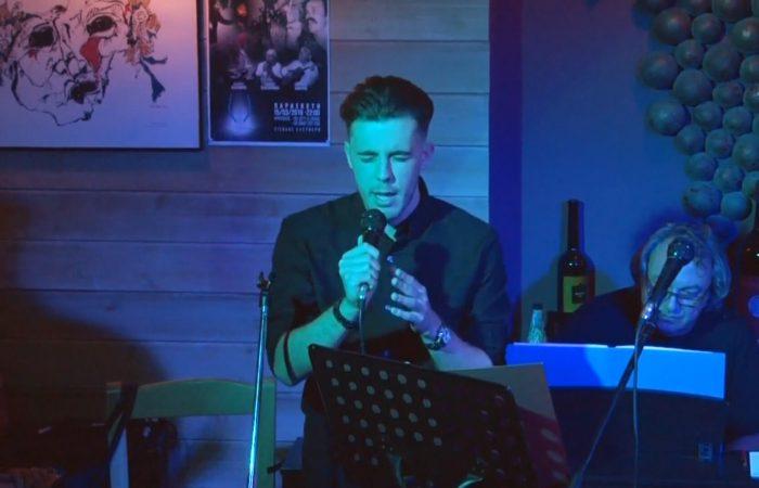 Ο Φίλιππος Λαμπρινός τραγουδάει Το παλιό μου παλτό