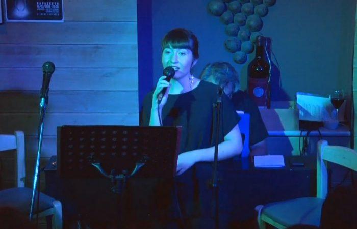 Η Μαρία Θωμάδη τραγουδάει Άστα τα μαλλάκια σου