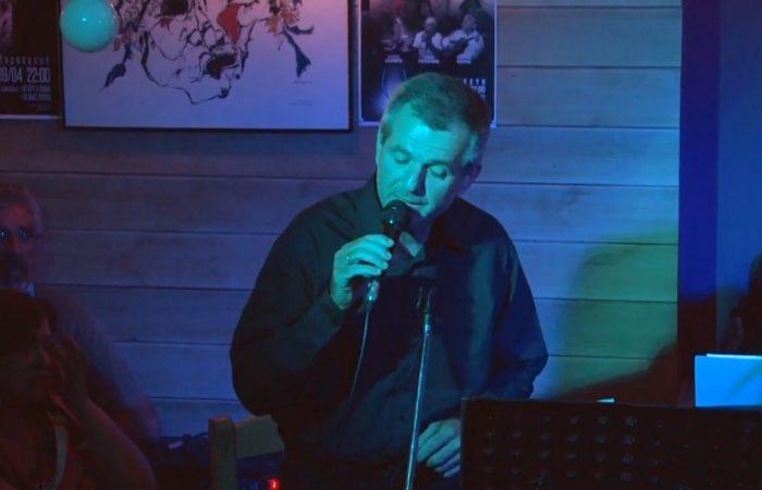 Ο Νίκος Βουρνούς τραγουδάει Ανάθεμα σε